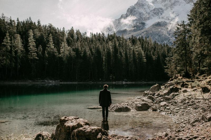 Ein Mann am Eibsee in Bayern genießt die Schönheit der Natur